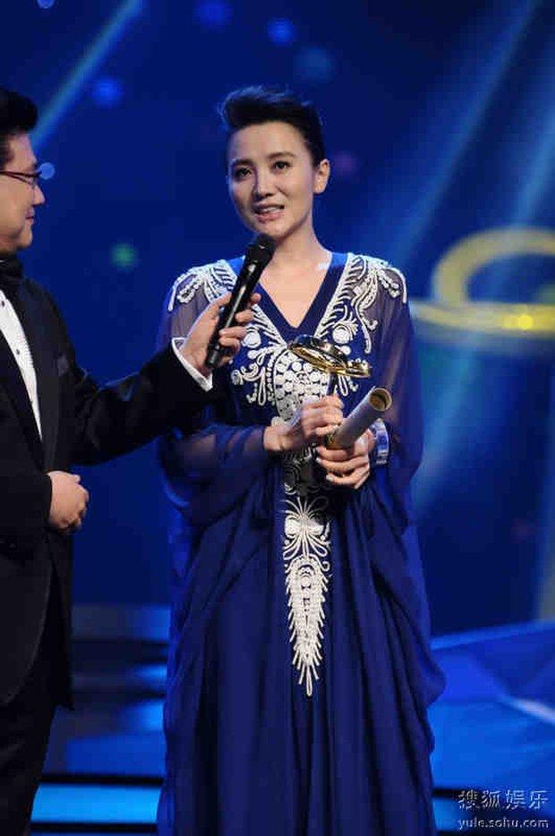 Màn trao cúp Thị hậu drama nhất Bạch Ngọc Lan 2012: Chân Hoàn - Tôn Lệ sượng trân vì hụt giải, Lưu Thi Thi có biểu cảm kinh điển - Ảnh 3.