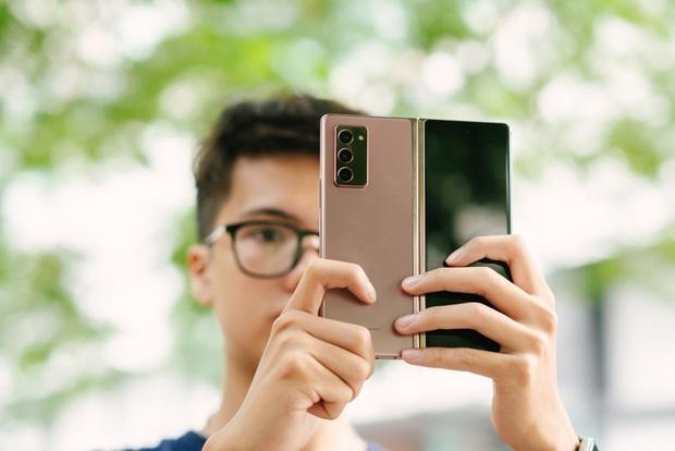 Dù giá thành cao, khách hàng trẻ vẫn muốn sở hữu Galaxy Z Fold 2 - Ảnh 1.