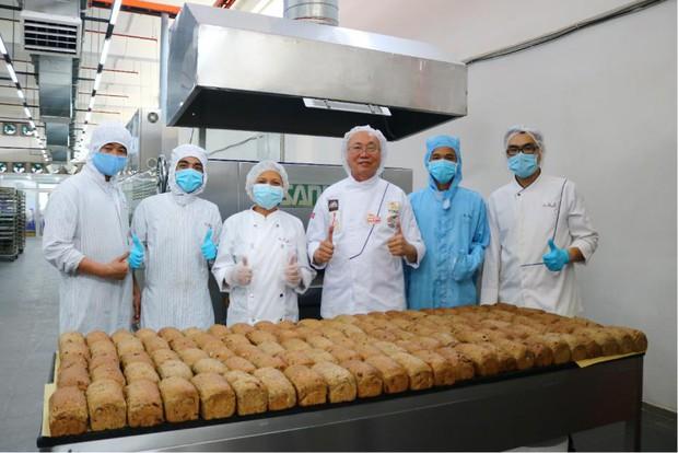 Vua bánh mỳ Thanh Long Kao Siêu Lực gửi tấm lòng vào tâm dịch - Ảnh 2.