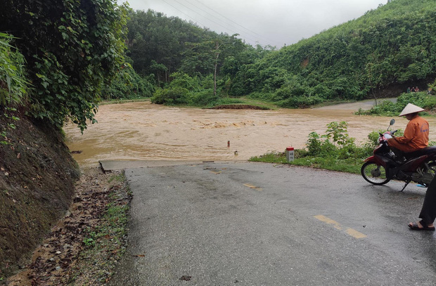 Tuyên Quang: Đại uý công an lao vào dòng nước lũ cứu sống người dân gặp nạn - Ảnh 2.
