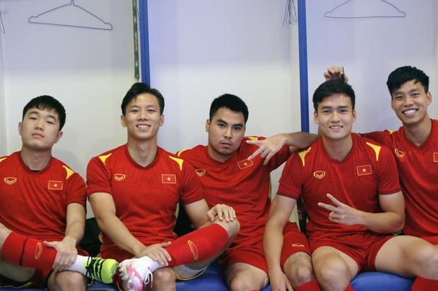Đội trưởng dàn nam thần ĐT Việt Nam đăng ảnh trước giờ đấu Malaysia, fan bật mode hóng hết cỡ - Ảnh 1.