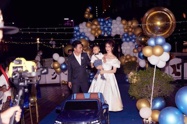 Lộ ảnh hiếm cả gia đình Hoà Minzy trong tiệc thôi nôi của quý tử, tổ chức hoành tráng trên du thuyền mà giữ kín như bưng - Ảnh 2.