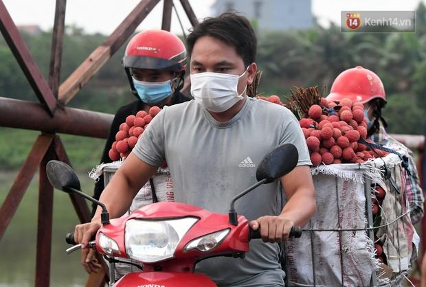 Bắc Giang: Kiếm tiền triệu từ việc đẩy xe chở vải lên dốc cầu phao trong mùa thu hoạch - Ảnh 10.