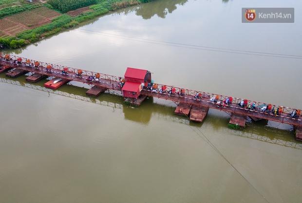 Bắc Giang: Kiếm tiền triệu từ việc đẩy xe chở vải lên dốc cầu phao trong mùa thu hoạch - Ảnh 16.