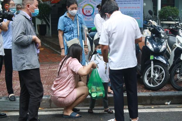 Ông Đoàn Ngọc Hải bất ngờ bán dứa, dưa lê giữa phố Hà Nội và câu chuyện cảm động phía sau - Ảnh 4.