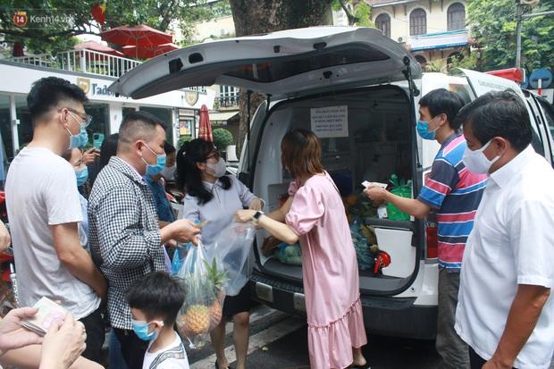 Ông Đoàn Ngọc Hải bất ngờ bán dứa, dưa lê giữa phố Hà Nội và câu chuyện cảm động phía sau - Ảnh 1.