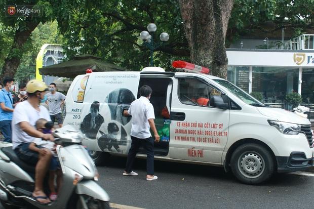 Ông Đoàn Ngọc Hải bất ngờ bán dứa, dưa lê giữa phố Hà Nội và câu chuyện cảm động phía sau - Ảnh 13.