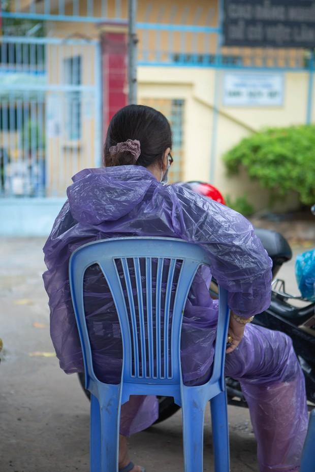Cha mẹ canh ngoài cổng trường, ôm hôn an ủi khi con kiểm tra xong: Thi xong rồi, về nhà thôi con! - Ảnh 1.