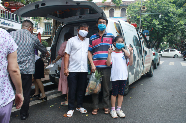 Ông Đoàn Ngọc Hải bất ngờ bán dứa, dưa lê giữa phố Hà Nội và câu chuyện cảm động phía sau - Ảnh 10.