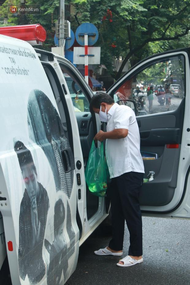 Ông Đoàn Ngọc Hải bất ngờ bán dứa, dưa lê giữa phố Hà Nội và câu chuyện cảm động phía sau - Ảnh 12.