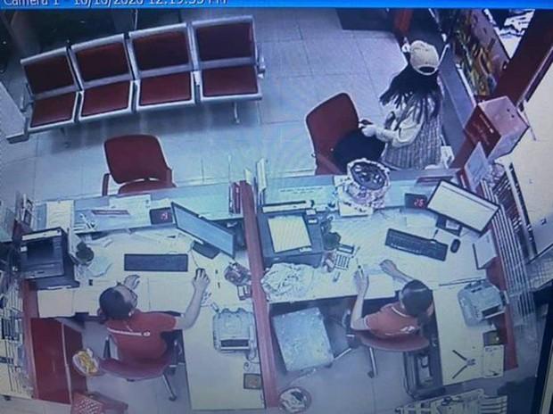 TP.HCM: Đề nghị truy tố cô gái dọa nổ bom, cướp hơn 2 tỷ đồng ở chi nhánh ngân hàng Techcombank  - Ảnh 3.