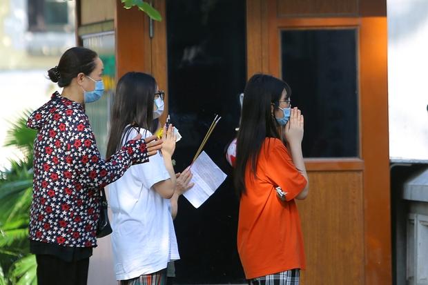 Thí sinh, phụ huynh vái vọng cầu may trước kỳ thi tuyển sinh vào lớp 10 - Ảnh 10.