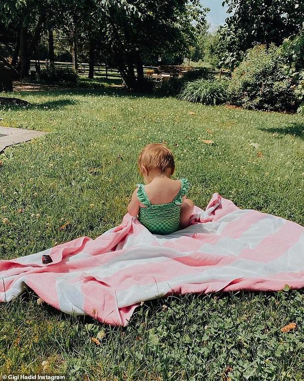 Mẹ bỉm 9x Gigi Hadid khoe mặt mộc đỉnh cao, nhưng bóng lưng nhóc tỳ 9 tháng tuổi hiếm hoi lộ diện mới là tâm điểm - Ảnh 4.