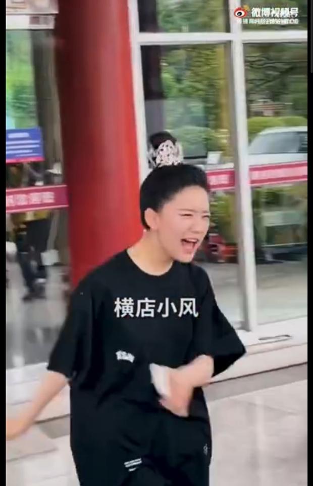 Xuất hiện clip Triệu Lộ Tư vùng vằng, la hét gay gắt với fan nhưng vì sao cả Weibo lại khen cô nàng nức nở? - Ảnh 6.