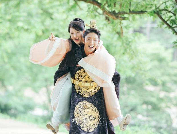 Fan IU - Lee Jun Ki đào mộ cái kết thực sự của Moon Lovers, sôi máu đòi ekip làm gấp phần 2 - Ảnh 2.
