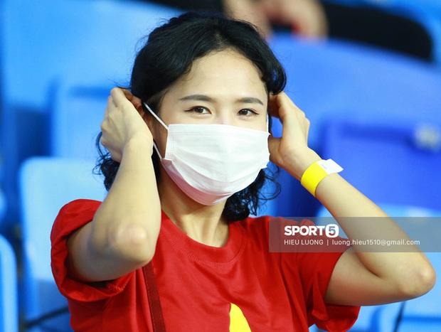 Nhan sắc trên khán đài: Việt Nam 1-0 Malaysia - Ảnh 1.