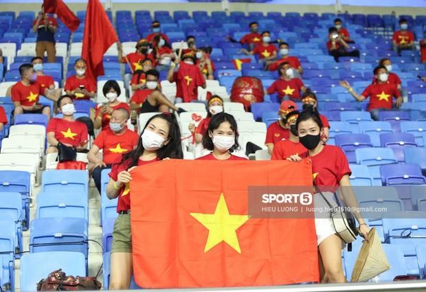 Nhan sắc trên khán đài: Việt Nam 1-0 Malaysia - Ảnh 3.