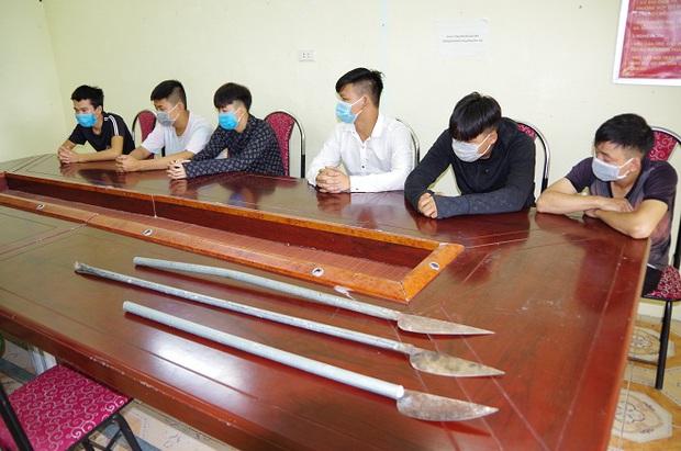 Hà Giang: Nhóm học sinh cầm dao phóng lợn tìm đánh người, không thấy liền chém chủ quán bia - Ảnh 1.