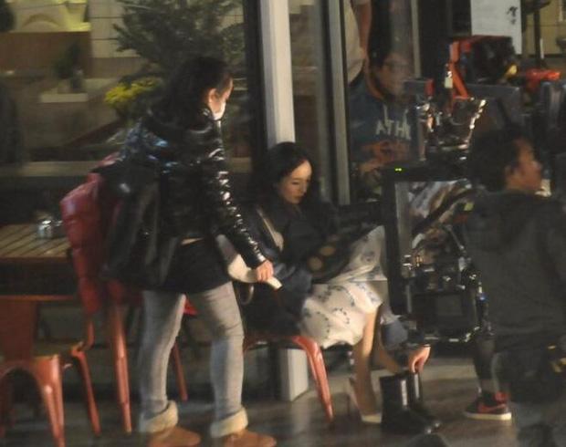 Tranh cãi hình ảnh Dương Mịch bắt trợ lý ngồi thụp xuống chờ mới chịu nhấc chân xỏ giày, thái độ ngày càng chảnh choẹ? - Ảnh 8.
