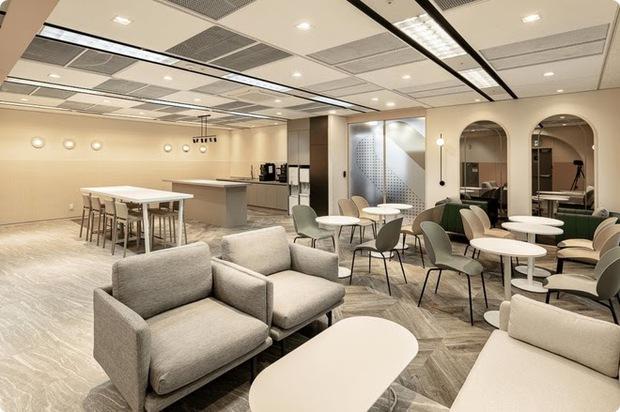 Xem ảnh trụ sở mới của SM xong, fan bật mood cà khịa: Công ty tầm trung bày đặt xây to thế làm gì? - Ảnh 4.