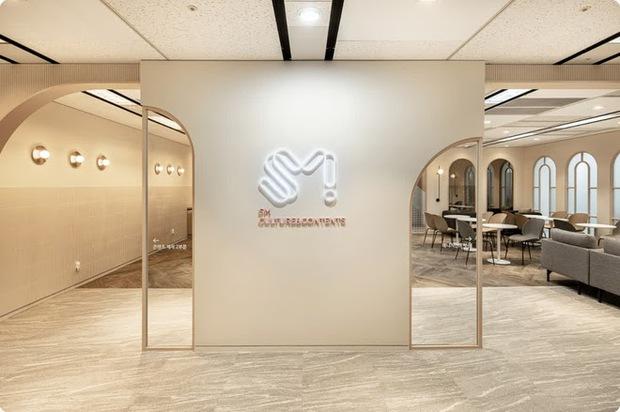 Xem ảnh trụ sở mới của SM xong, fan bật mood cà khịa: Công ty tầm trung bày đặt xây to thế làm gì? - Ảnh 5.