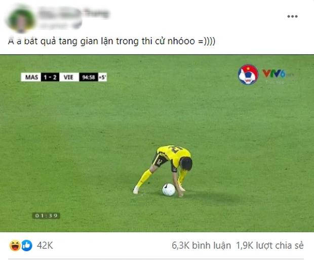 Khoảnh khắc cầu thủ đội tuyển Malaysia ăn gian với cầu thủ Việt Nam bị dân mạng tia trúng, tóm gọn trong 1 lời phân tích siêu gắt! - Ảnh 1.