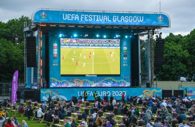 Hotgirl tràn ngập fanzone xem trận khai mạc Euro 2020 - Ảnh 1.