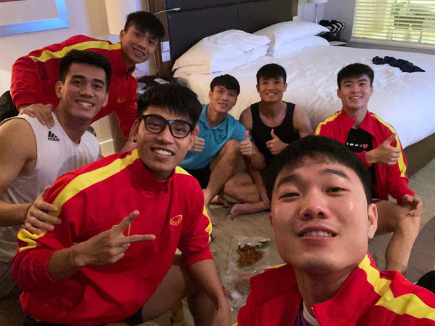 Phát hiện cuộc tụ tập của 7 anh chàng đội tuyển Việt Nam tại Dubai: Nhìn món ăn mang theo, ai cũng đòi ship thêm đồ cho đỡ lẻ loi - Ảnh 1.
