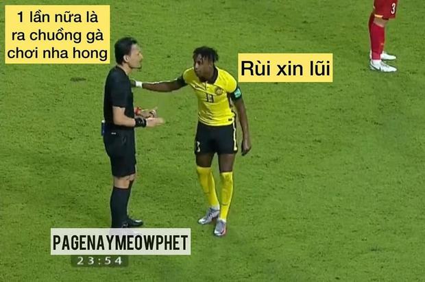 Việt Nam thắng Malaysia, meme cười bể bụng ngập tràn mạng xã hội, biểu cảm của nam cầu thủ đội bạn chiếm spotlight - Ảnh 2.