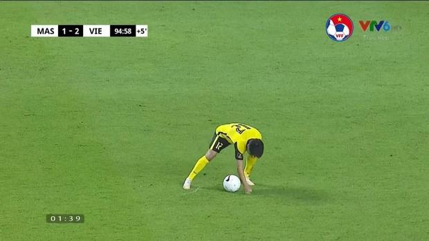 Khoảnh khắc cầu thủ đội tuyển Malaysia ăn gian với cầu thủ Việt Nam bị dân mạng tia trúng, tóm gọn trong 1 lời phân tích siêu gắt! - Ảnh 2.