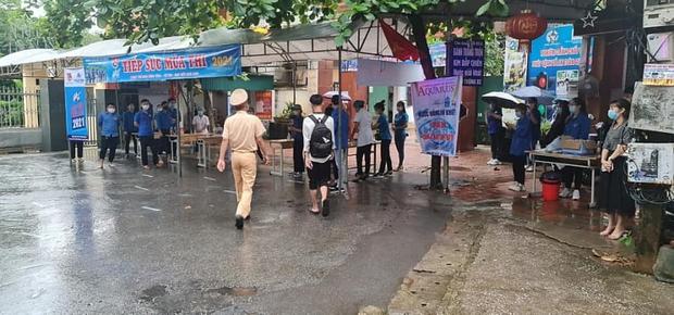 Loạt thí sinh gặp sự cố được CSGT hộ tống đi thi: Xe ngập nước chết máy giữa đường, quên giấy báo, tới nhầm điểm trường - Ảnh 4.