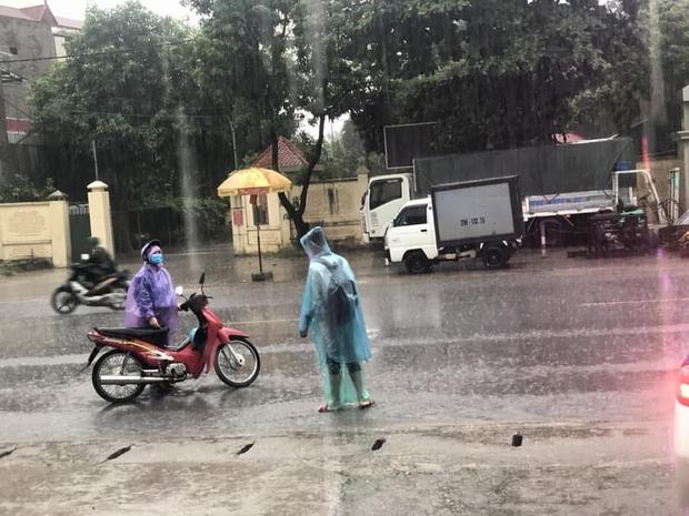 Loạt thí sinh gặp sự cố được CSGT hộ tống đi thi: Xe ngập nước chết máy giữa đường, quên giấy báo, tới nhầm điểm trường - Ảnh 1.