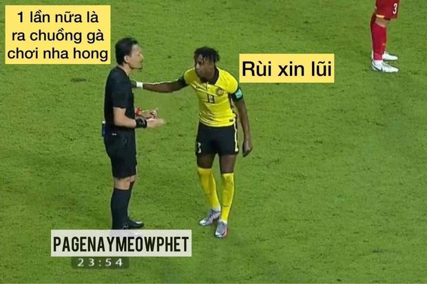 Loạt ảnh chế đội tuyển Việt Nam nở rộ sau trận gặp Malaysia: Duy Mạnh gắt gỏng cũng không hài bằng HLV Park Hang-seo! - Ảnh 3.