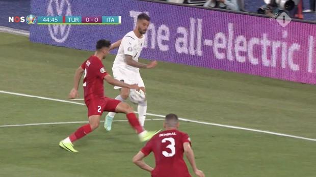 Tranh cãi nổ ra ngay ngày khai mạc Euro: VAR từ chối một quả penalty rõ rành rành cho đội chủ nhà - Ảnh 2.