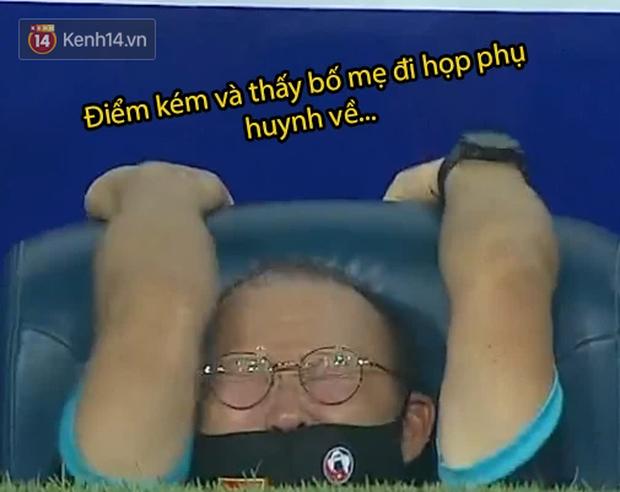 Loạt ảnh chế đội tuyển Việt Nam nở rộ sau trận gặp Malaysia: Duy Mạnh gắt gỏng cũng không hài bằng HLV Park Hang-seo! - Ảnh 5.