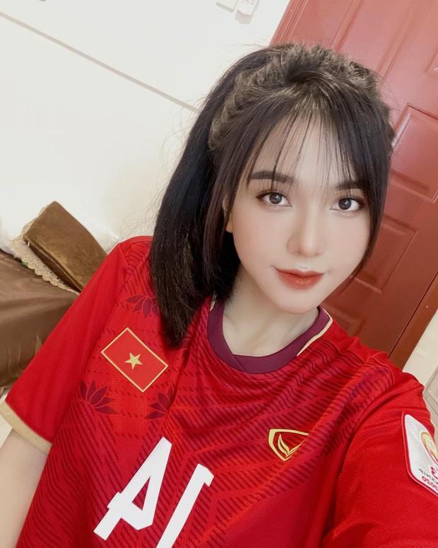 Đội ngũ cổ vũ ĐT Việt Nam xuất hiện nàng WAG cực xinh, bạn trai cũng được xếp vào hàng nam thần làng bóng đá - Ảnh 1.