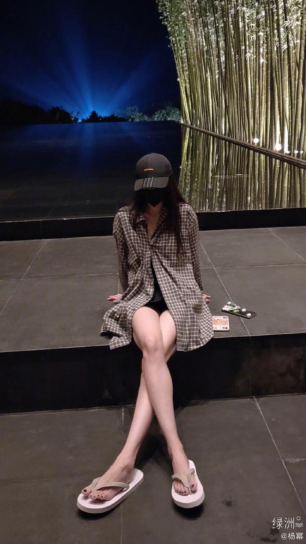 Khoe ngực nở eo thon cùng đôi chân dài với quần ngắn cũn cỡn, Dương Mịch gây hoang mang với loạt nốt bầm tím - Ảnh 10.