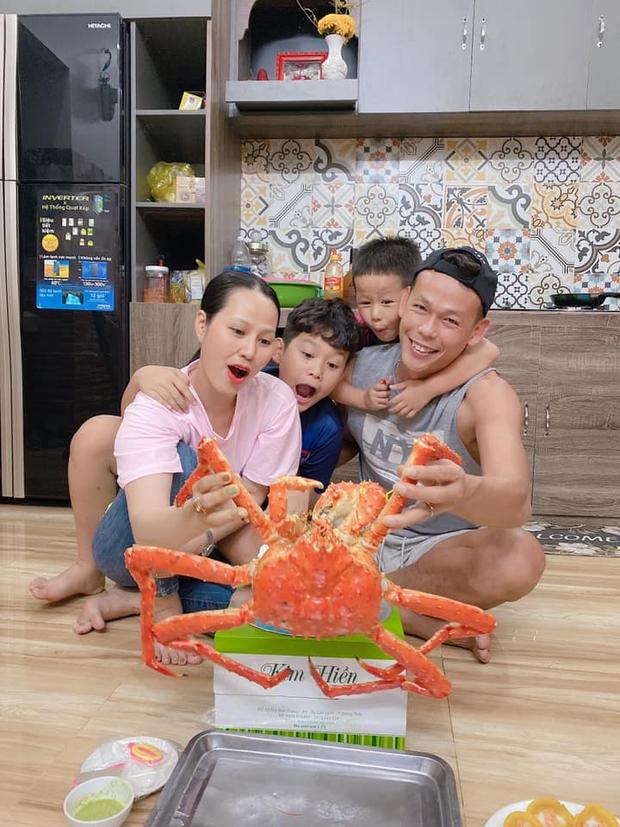 Ông chú Bùi Tấn Trường: Bắt bóng hay mà làm bố cũng xịn, nhìn nhận xét của cô giáo về con trai là rõ - Ảnh 2.