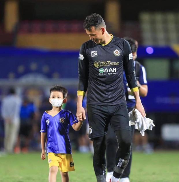 Ông chú Bùi Tấn Trường: Bắt bóng hay mà làm bố cũng xịn, nhìn nhận xét của cô giáo về con trai là rõ - Ảnh 5.