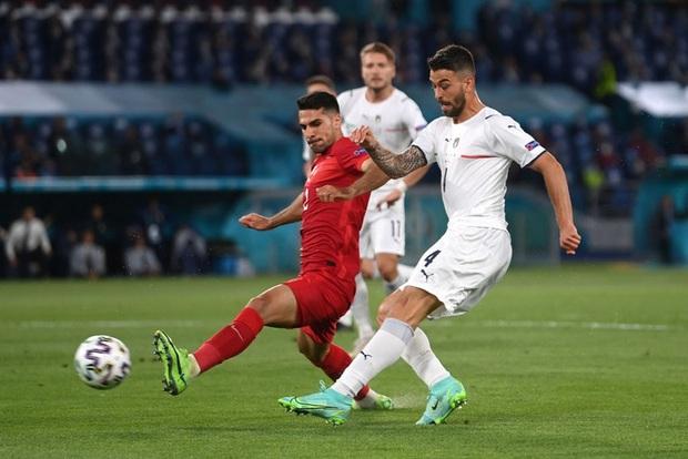 Tranh cãi nổ ra ngay ngày khai mạc Euro: VAR từ chối một quả penalty rõ rành rành cho đội chủ nhà - Ảnh 1.