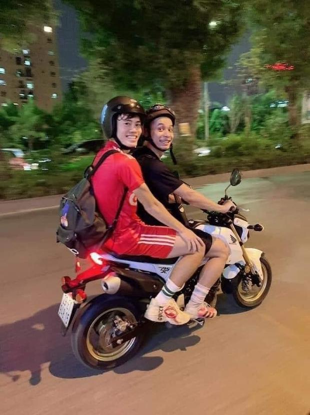 Văn Toàn bị troll sấp mặt sau cú ngã vàng giúp tuyển Việt Nam chiến thắng, nhưng Độ Mixi bất ngờ bị vạ oan chỉ vì bức ảnh này! - Ảnh 6.