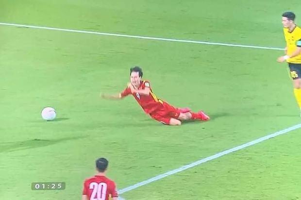 Văn Toàn bị troll sấp mặt sau cú ngã vàng giúp tuyển Việt Nam chiến thắng, nhưng Độ Mixi bất ngờ bị vạ oan chỉ vì bức ảnh này! - Ảnh 1.