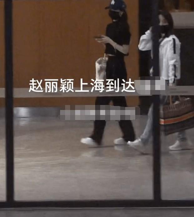 Triệu Lệ Dĩnh vội vã trở về Thượng Hải chăm con ngay trong đêm, cuộc chiến với chồng cũ ngày càng gay cấn? - Ảnh 2.
