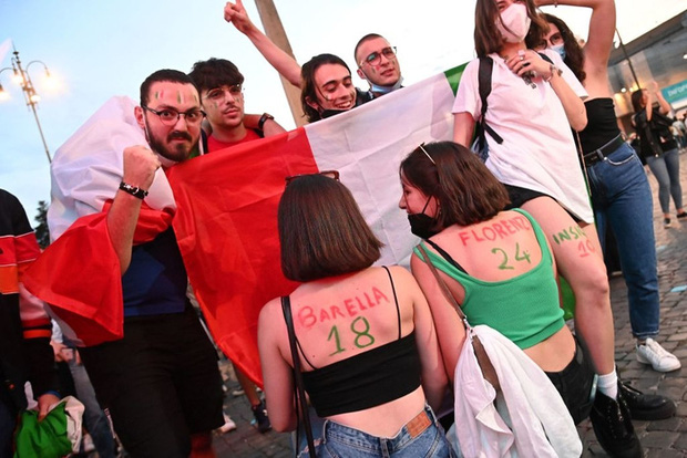Hotgirl tràn ngập fanzone xem trận khai mạc Euro 2020 - Ảnh 2.