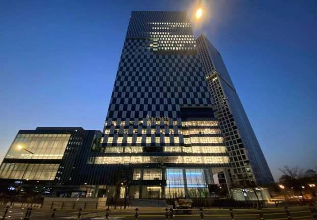 Xem ảnh trụ sở mới của SM xong, fan bật mood cà khịa: Công ty tầm trung bày đặt xây to thế làm gì? - Ảnh 1.