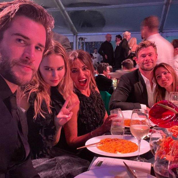 Sau 2 năm ly hôn vợ cũ, Liam Hemsworth mới công khai bạn gái nhưng fan lại tá hỏa vì.... giống Miley quá? - Ảnh 2.