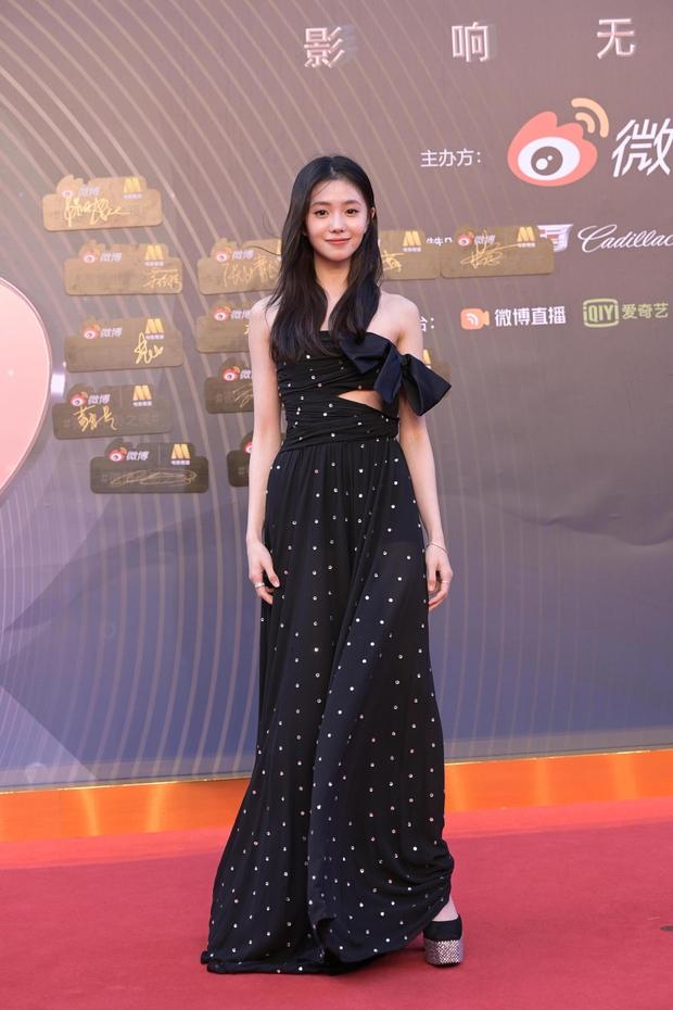 Thảm đỏ Đêm Điện ảnh Weibo: Âu Dương Na Na hoá tiên tử, đè bẹp Trương Quân Ninh già chát cùng dàn mỹ nhân - Ảnh 11.