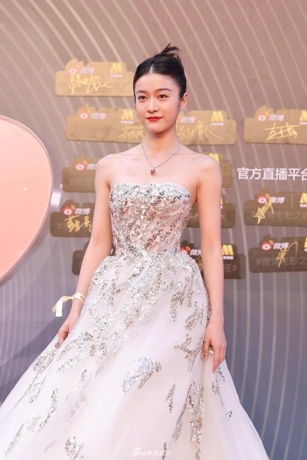 Thảm đỏ Đêm Điện ảnh Weibo: Âu Dương Na Na hoá tiên tử, đè bẹp Trương Quân Ninh già chát cùng dàn mỹ nhân - Ảnh 9.