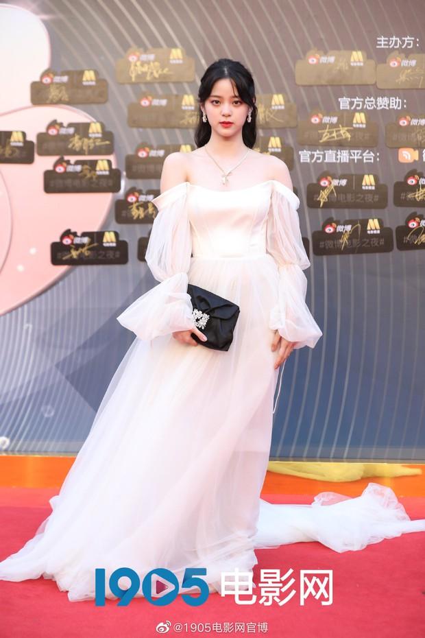 Thảm đỏ Đêm Điện ảnh Weibo: Âu Dương Na Na hoá tiên tử, đè bẹp Trương Quân Ninh già chát cùng dàn mỹ nhân - Ảnh 3.