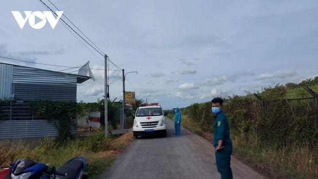 Long An cách ly nhiều hộ dân vì phát hiện thêm người nghi nhiễm SARS-CoV-2 - Ảnh 2.
